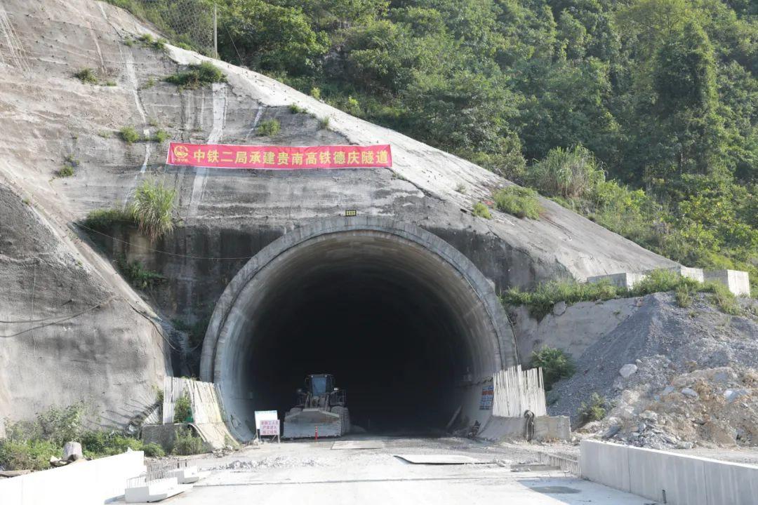 提前2个月!贵南高铁风险等级最高的隧道顺利贯通